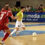Joselito conduce el balón ante la presión de Miguelín (Copiar)