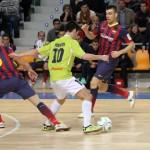 Joselito controla el esférico entre Lin y Sergio Lozano (Copiar)