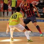 Joselito trata de cortar una acción ofensiva del Barcelona (Copiar)