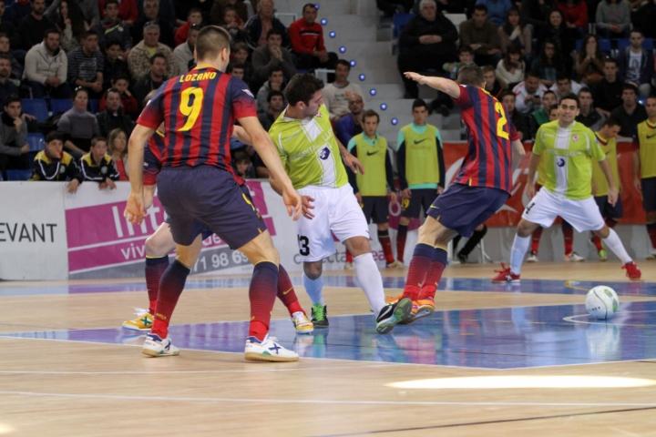 Taffy ante tres jugadores del Barcelona (Copiar)