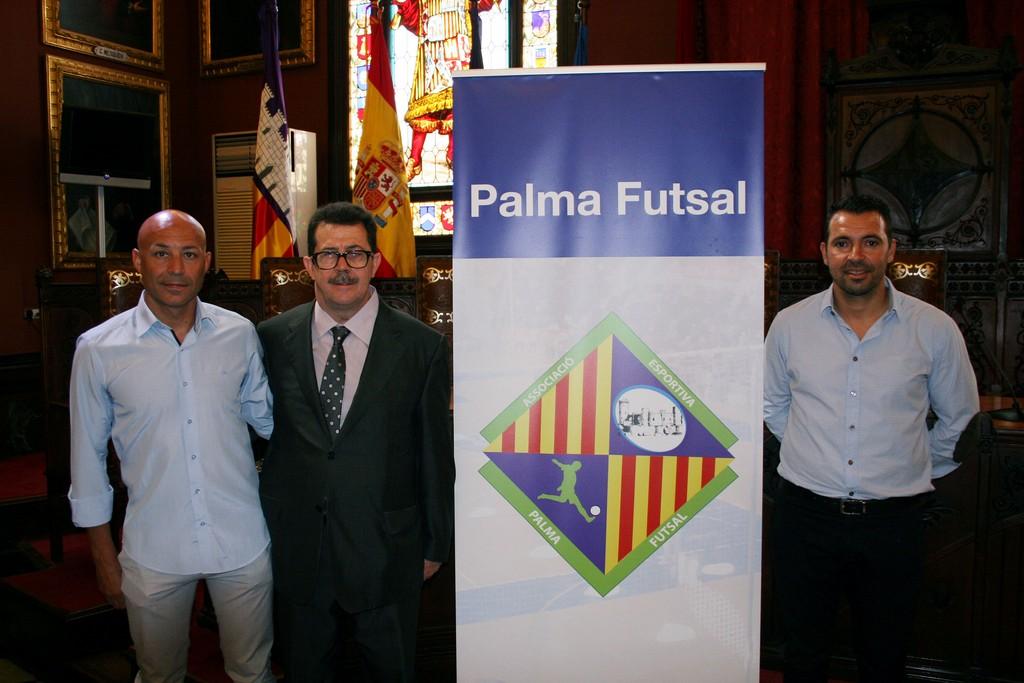 Juanito, Miquel Jaume y José Tirado con el nuevo logo del Palma Futsal (Copiar)