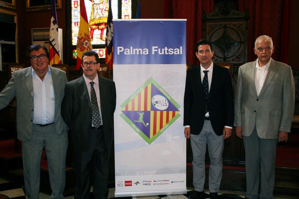 Miquel Bestard, Miquel Jaume, Fernando Gilet y Damià Vich con el nuevo escudo del club (Copiar)