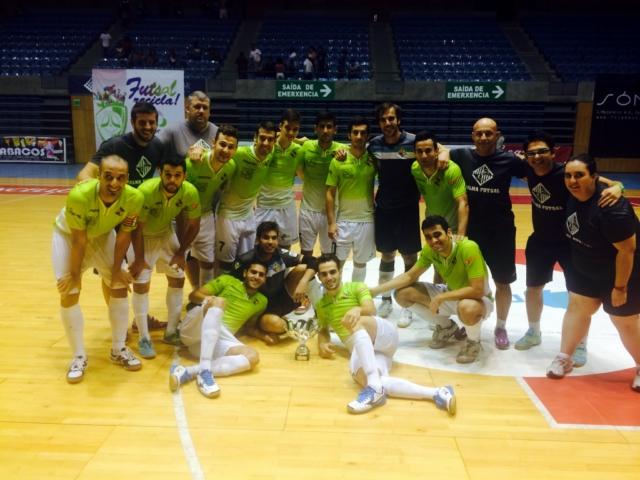 El Palma Futsal con el trofeo de campeón en Santiago 2 (Copiar)
