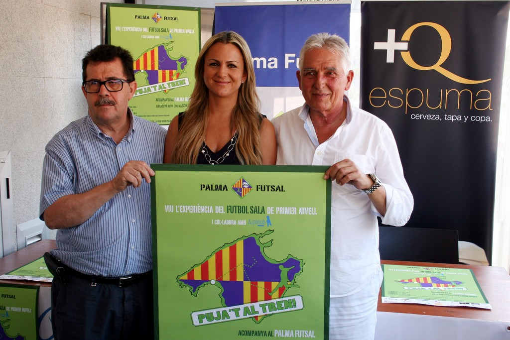 Miquel Jaume, Belén Luna y Jaume Coll con el carte de la campaña de socios (Copiar)