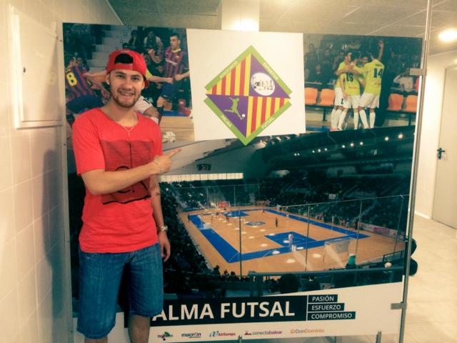 Paradynski conociendo el nuevo vestuario del Palma Futsal en Son Moix (Copiar)