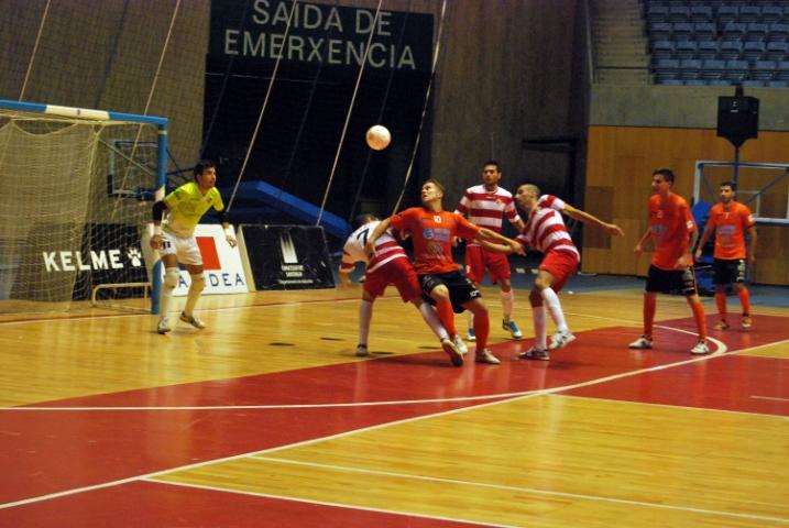 Una acción defensiva del Palma Futsal ante Burela (Copiar)