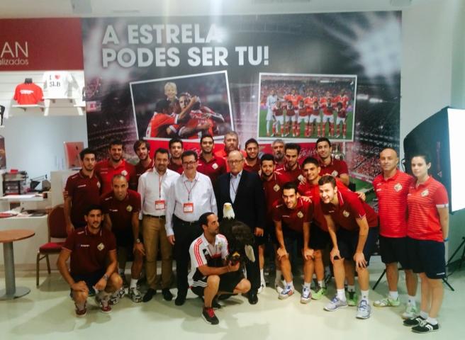 El Palma Futsal en las instalaciones del Benfica posa con el águila del club luso 1 (Copiar)