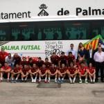 La plantilla del Palma Futsal y los patrocinadores con el nuevo autocar 3 (Copiar)