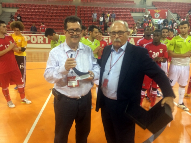 Miquel Jaume recibe el trofeo de campeón de manos del vicepresidente del Benfica, Domingos Almeida (Copiar)