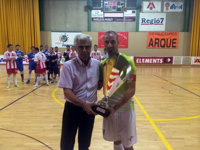 Vadillo recibe el trofeo de campeón del XXXVI Trofeo Les Codines (Copiar)