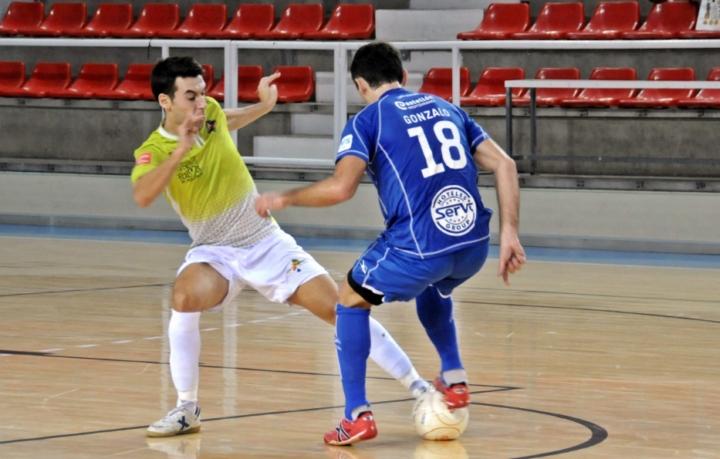 Sergio trata de quitarle el balón a Gonzalo (Copiar)
