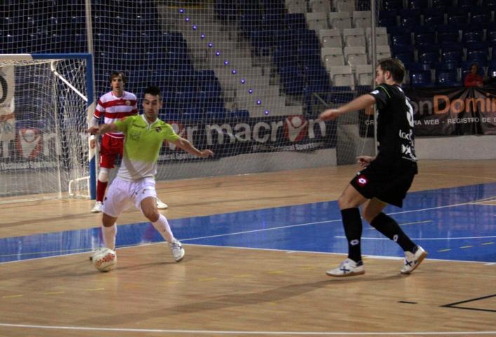 Sergio trata de sacar el balón ante un jugador navarra y ante la mirada de Barrón (Copiar)