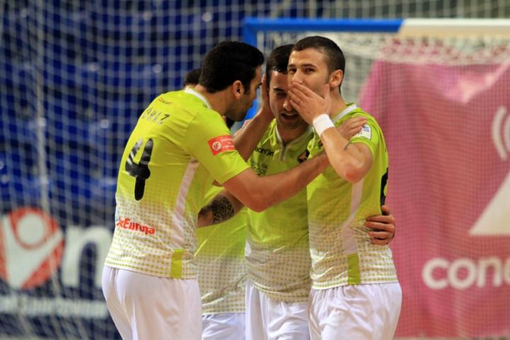 Celebración del gol de Paradynski, el primero del partido (Copiar)