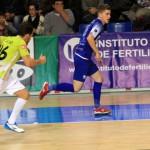 Chicho persigue a un jugador gallego en un momento del partido (Copiar)