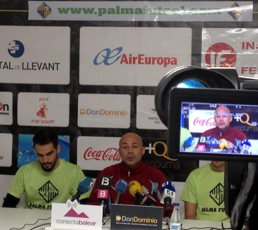 Chicho y Juanito atendiendo a los medios de comunicación (Copiar)