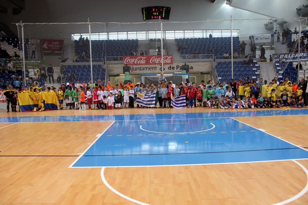 Foto de familia de todos los equipos participantes en el III Torneo Intercultural 2 (Copiar)