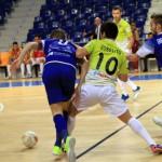 Joselito trata de marcharse de dos rivales (Copiar)