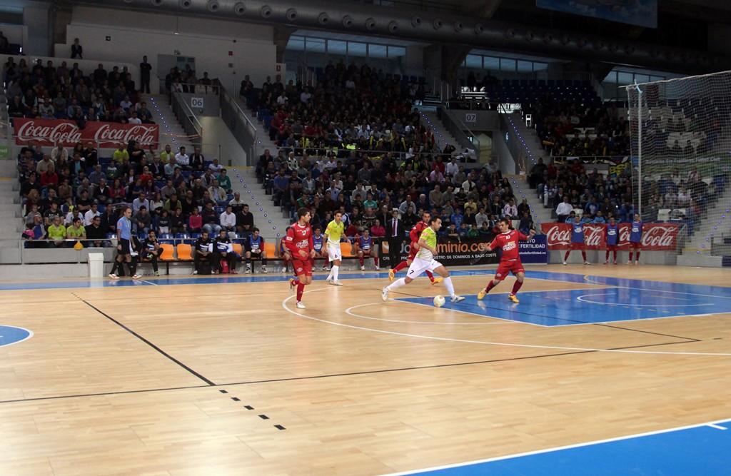 Sergio conduce una jugada de ataque del Palma Futsal (Copiar)