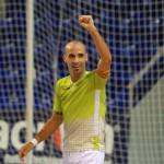 Vadillo levanta la mano tras marcar se segundo gol (Copiar)