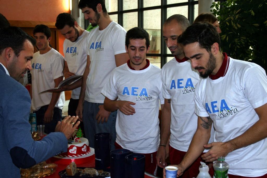 Joselito, Vadillo y Chicho sirven café en el desayuno benéfico a favor de la ONG, AEA Solidaria (Copiar)