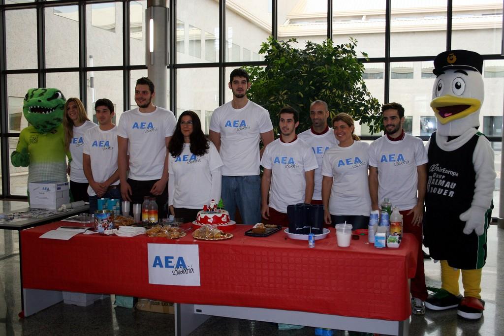 Los jugadores del Palma Air Europa y del Palma Futsal, y sus respectivas mascotas, reparten un desayuno benéfico (Copiar)