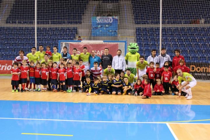 Los jugadores posan con los niños de la escoleta del Viva Sport, filial del Palma Futsal, que realizaron una exhibición (Copiar)