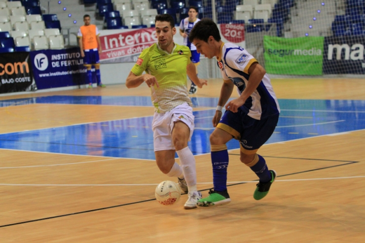 Sergio pelea por el balón con un jugador de Montesinos (Copiar)