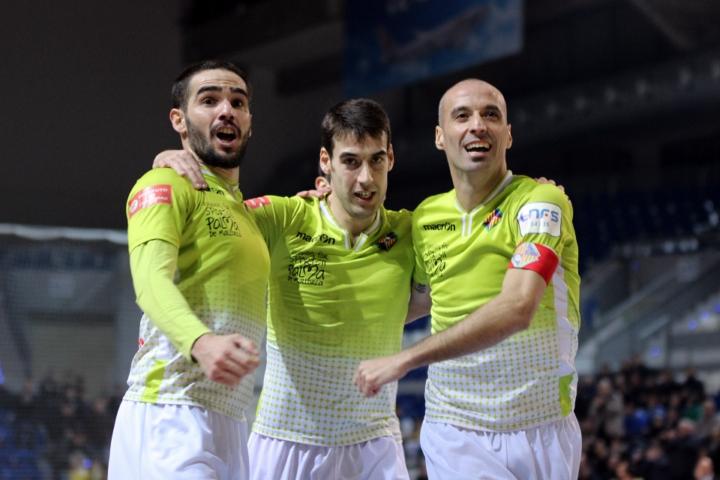 Chicho, Sergio y Vadillo celebran el cuarto gol del equipo (Copiar)