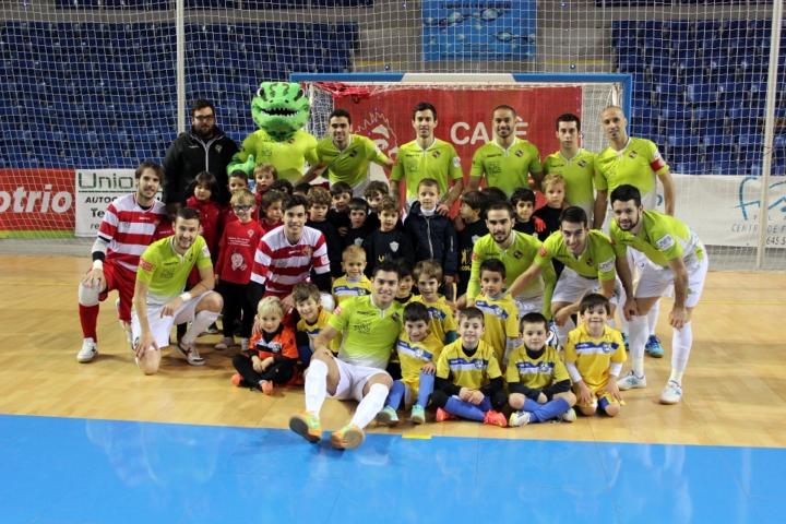 El Palma Futsal posa con los niños de La Salle que jugaron en la diada infantil (Copiar)