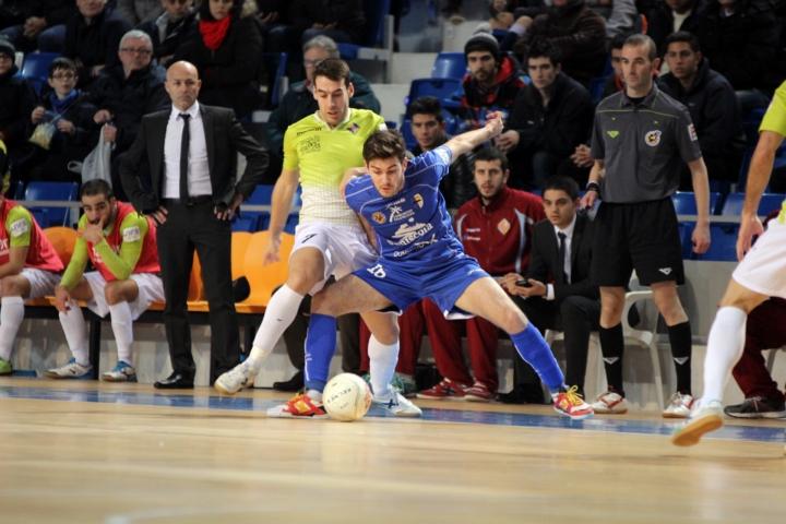 Sergio pelea por hacerse con el balón en una acción del partido (Copiar)