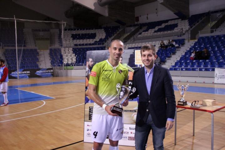 Andreu Villalonga entrega el trofeo de subcampeón a Vadillo (Copiar)