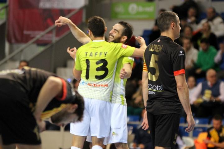 Celebración del gol de Taffy, el tercero de los locales (Copiar)