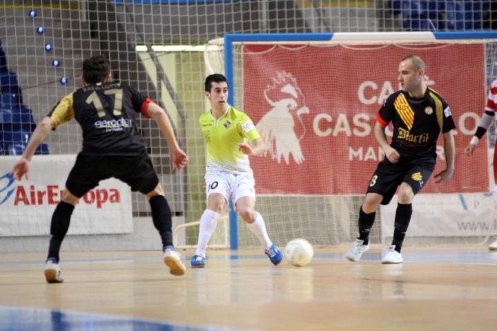 Joselito saca el balón ante la presión de los rivales (Copiar)