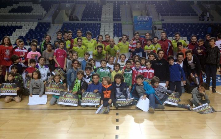 El Palma Futsal con niños a la finalización del partido 1 (Copiar)