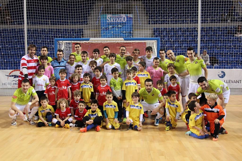 El Palma Futsal posa con los niños de las escoletas del Son Ferrer y Viva Sport (Copiar)