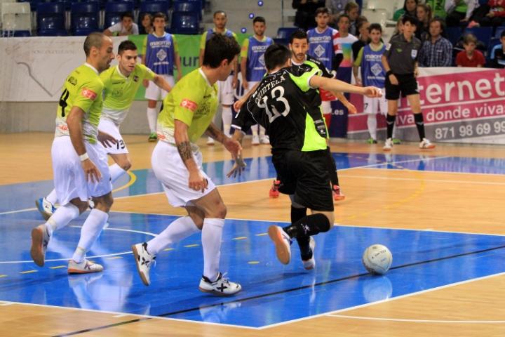 Una acción del partido entre el Palma Futsal y Santiago (Copiar)