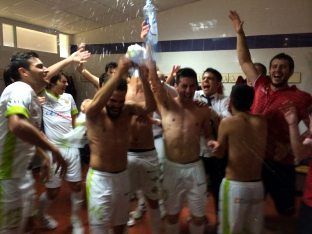 Celebración del pase en el vestuario de Jaén 2 (Copiar)
