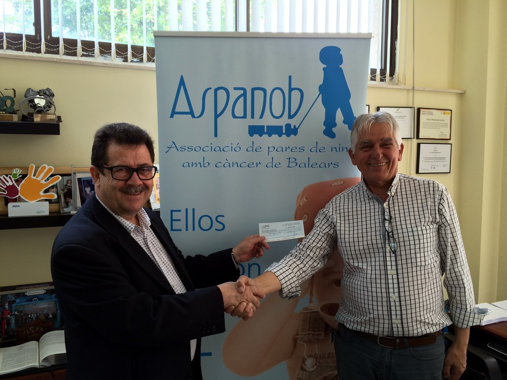 Miquel Jaume hace entrega del cheque a Jaume Coll, de ASPANOB 1 (Copiar)