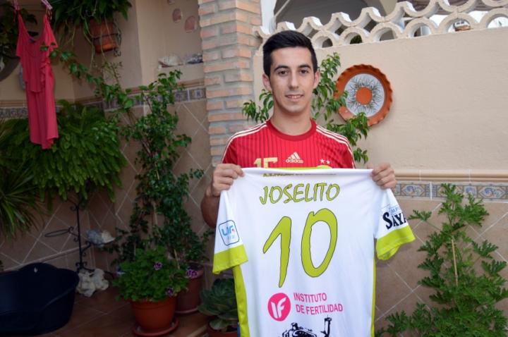 Joselito posa con las camisetas de España y del Palma Futsal en su casa de San Fernando 1 - horizontal- (Copiar)