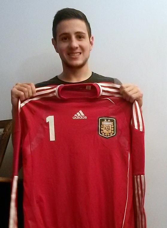 Nico Sarmiento posa con la camiseta de Argentina tras cerrarse el fichaje con el Palma Futsal 2