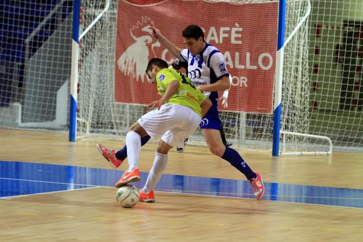 Pizarro defiende ante Taffy en un partido en Son Moix (Copiar)