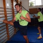 Carlos Barrón estira y Taffy con el TRX en el gimnasio (Copiar)