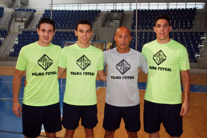 Juanito posa con los tres fichajes realizados - Nico Sarmiento, Colacha y Pizarro - (Copiar)
