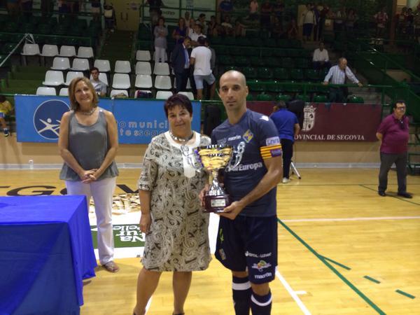 Vadillo recibe el trofeo -web-