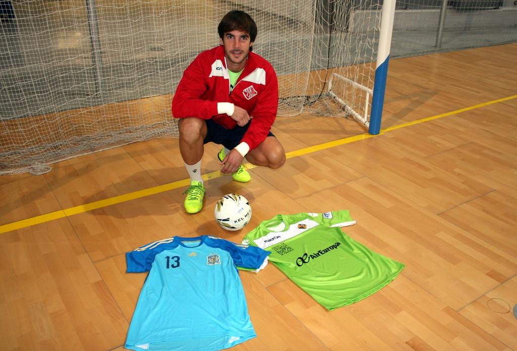 Carlos Barrón posa en Son Moix con las camiseta del Palma Futsal y de España 1 (Copiar)