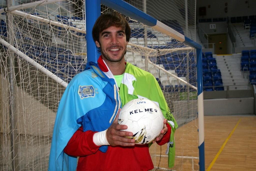 Carlos Barrón posa en Son Moix con las camiseta del Palma Futsal y de España 6 (Copiar)