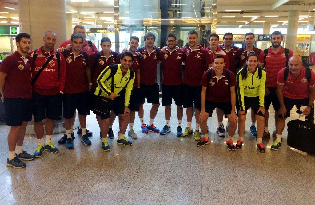 EL Palma Futsal justo antes de iniciar el primer viaje oficial en el Aeropuerto de Son Sant Joan (Copiar)