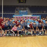 El Palma Futsal posa con los dos juveniles que se presentaron ante los aficionados (Copiar)