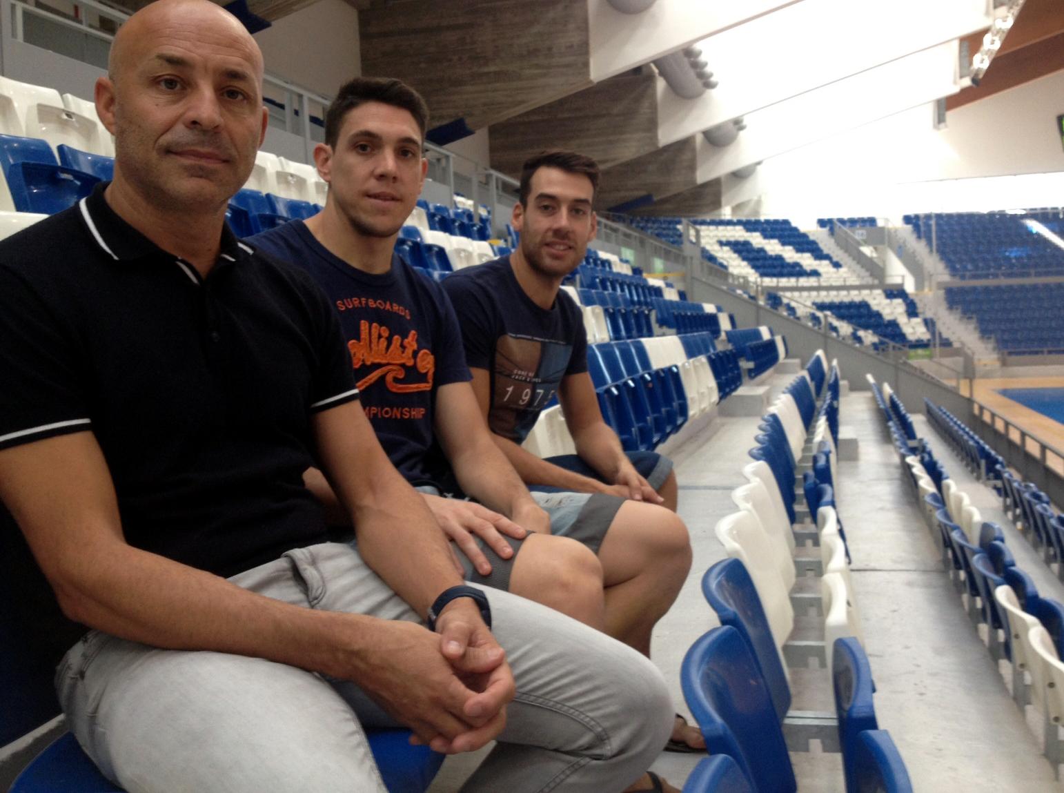 Juanito, Pizarro y Sergio, en la grada de Son Moix