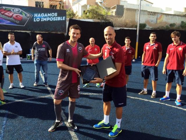 Vadillo recibe una placa por la colaboración del Palma Futsal con la Fundación RANA (Copiar)